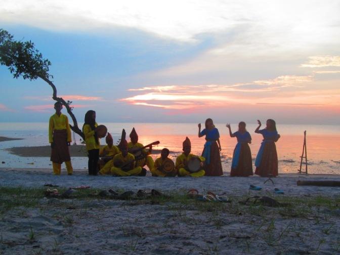 Senandung Laskar Pelangi di Pantai Tanjung Pendam